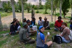 Odpočinek s vesničany v Saspolu. Ladak 2011