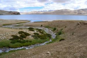 Pohled na největší ladacké jezero Tso Moriri, přesahující svou nadmořskou výškou hranici čtyř a půl tisíce metrů.