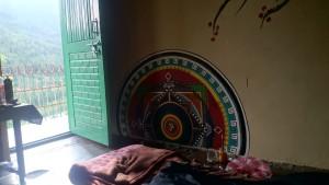 2015 Himáčal. Mandala malovaná na omítku v našem pokoji ve Vašištu. Vzala více než dva týdny ale výsledek, myslím, stojí za to.:)