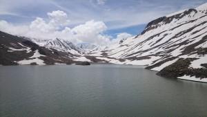 2015 Himáčal. Úžasné zimní scenérie na počátku července při přejezdu z Manali do Lehu.
