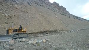 Cestou od průsmyku Rohtang většinu času vypadá stav vozovky takto. Časté kamenné laviny znesnadňují plynulost dopravy, proto se může snadno stát, že cesta z Manali do Lehu Vás přijde místo standardních 17 na třeba až 40 a víc. :)