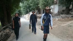 2015 Ladak.  V Phyangu, kam jsme jeli pomoci rodině našich přátel. A jde se na pole..