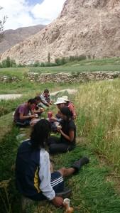 2015 Ladak. Na polích v Phyangu, kam jsme jeli pomoci rodině našich přátel. Na této fotce je zrovna obědová pauza. Pauzy si Ladačané na poli dopřávají víc než často. :)
