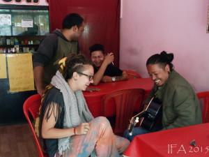 2015 Ladak. Lekce hry na kytaru provázená rozjařenou náladou.