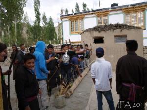 2015 Ladak. Lokální souboj v lukostřelbě coby součást lidových oslav.