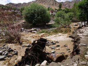 2015 Ladak. Výrazné dešťové srážky nejsou pro oblast Ladaku, který leží ve srážkovém stínu, zdaleka typické. V posledních letech však nárazových srážek v Ladaku přibývá,..