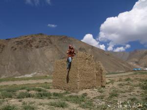2015 Ladak. Pláň nad vesničkou Lamajuru. Tamní skály se pyšní spoustou různých barev, je to až k neuvěření.