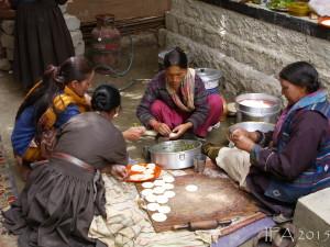 2015 Ladak. Místní ženy připravují oblíbený himalájský pokrm Momo.
