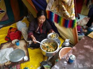 2015 Ladak. Jeden z místních tradičních pokrmů - Skjů servírovaný ženou v tradičních šatech.